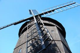 zdjęcie przedstawiające drewniany wiatrak