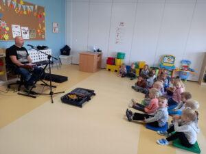 dzieci siedza na podłodze