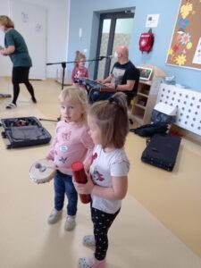dwie dziewczynki z instrumentami