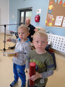 chłopcy z instrumenatmi