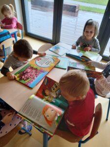 dzieci czytają ksiązki