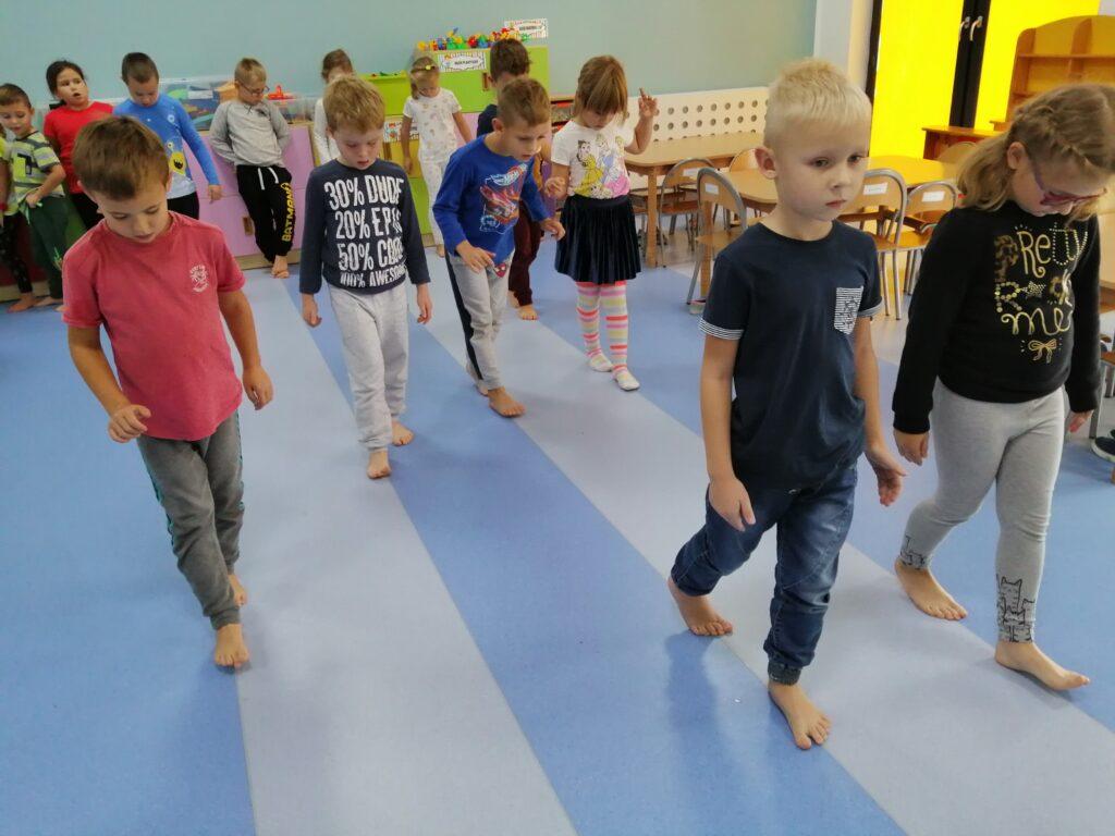 dzieci podczas ćwiczeń gimnastycznych