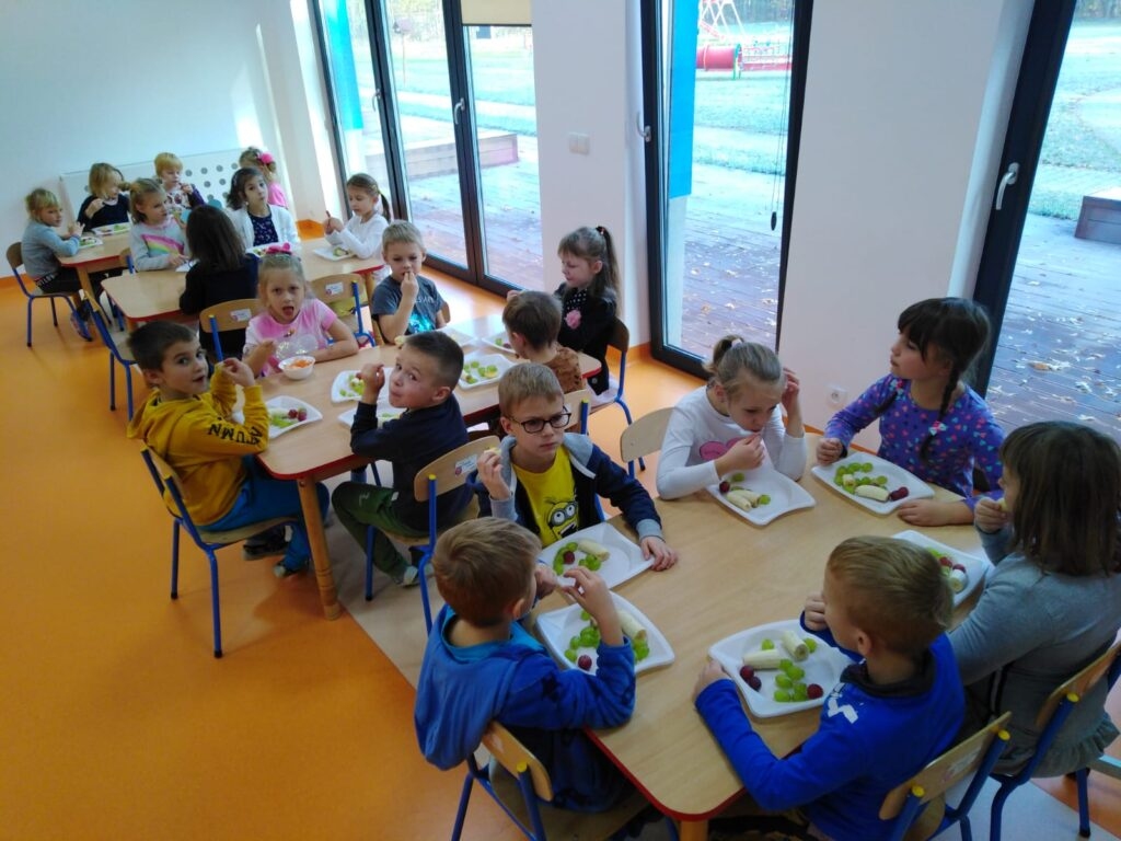 dzieci spożywające deser