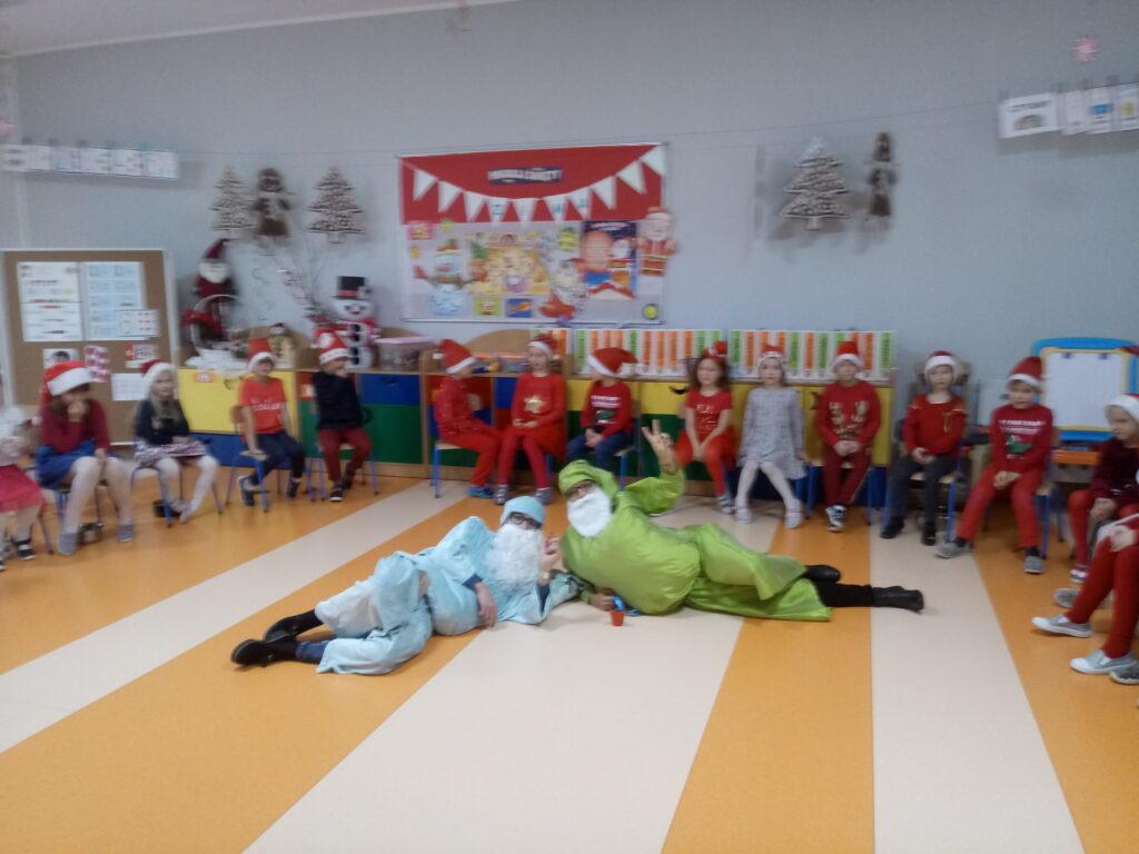 dzieci z mikołajami zielonym i niebieskim