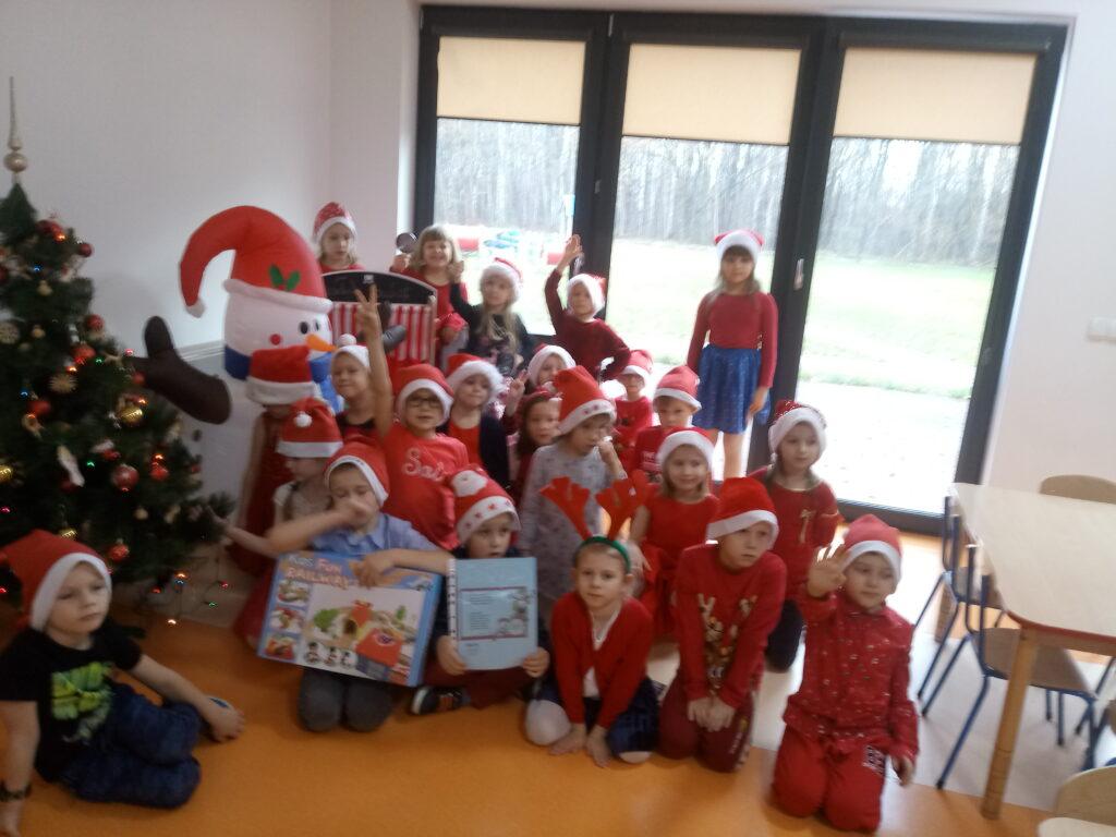 dzieci z prezentami w świątecznej scenerii