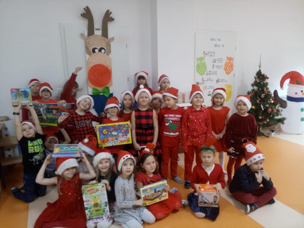 dzieci z prezentami w scenerii świątecznej