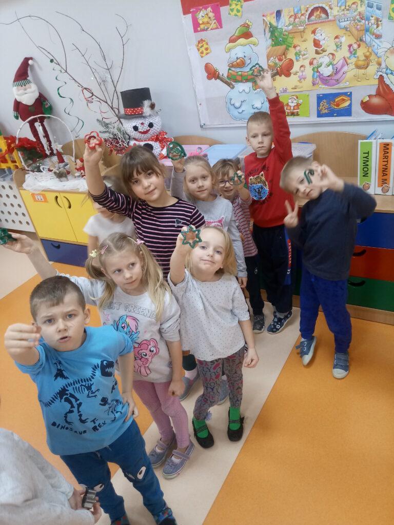 dzieci z foremkami do pierników