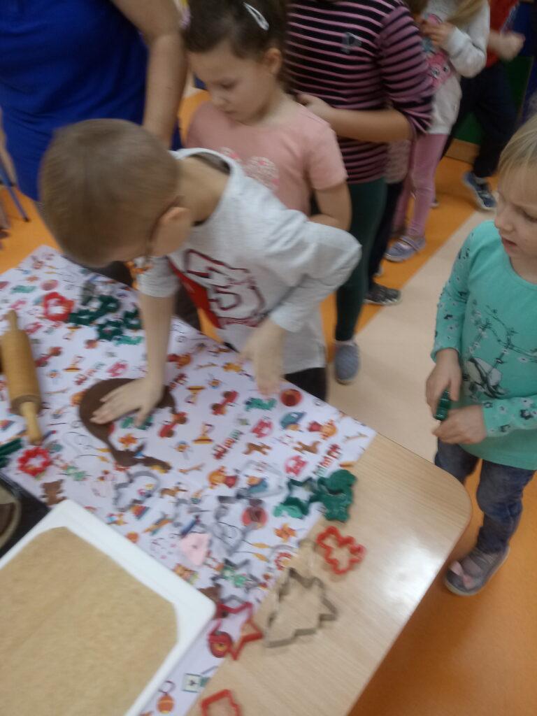 dzieci wykrawają pierniki
