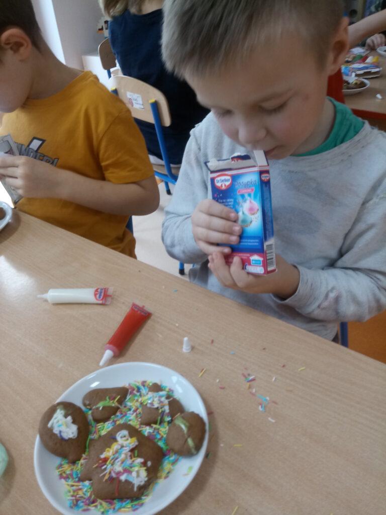 dzieci dekorują pierniki