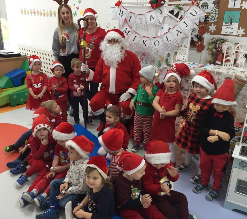 zdjęcie grupowe dzieci z Mikołajem