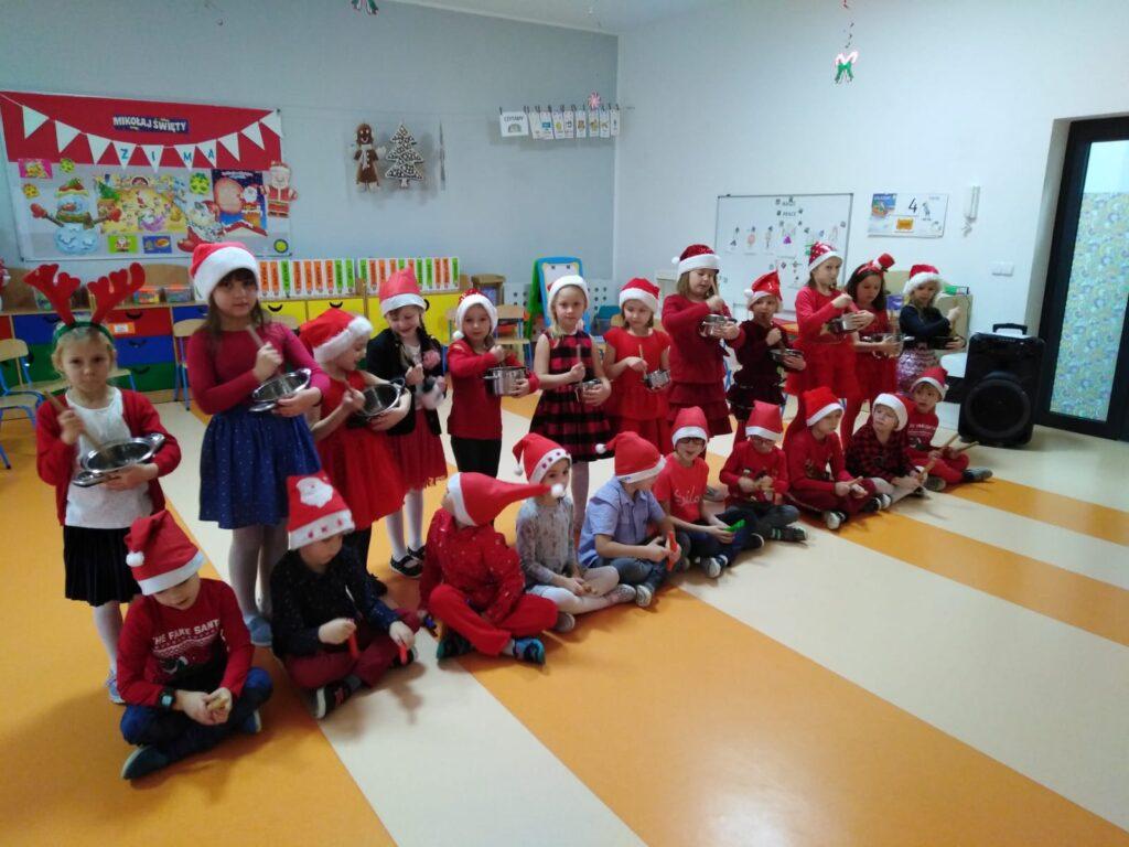 dzieci w czapkach mikołajowych z instrumentami