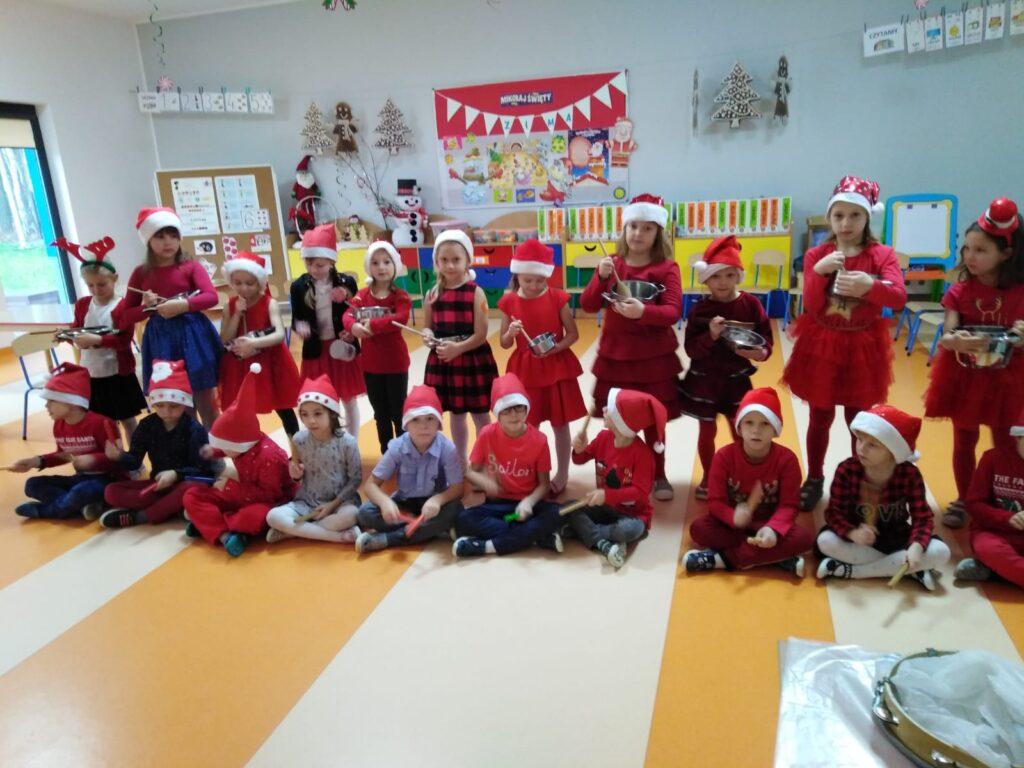 dzieci w czapkach mikołajowych