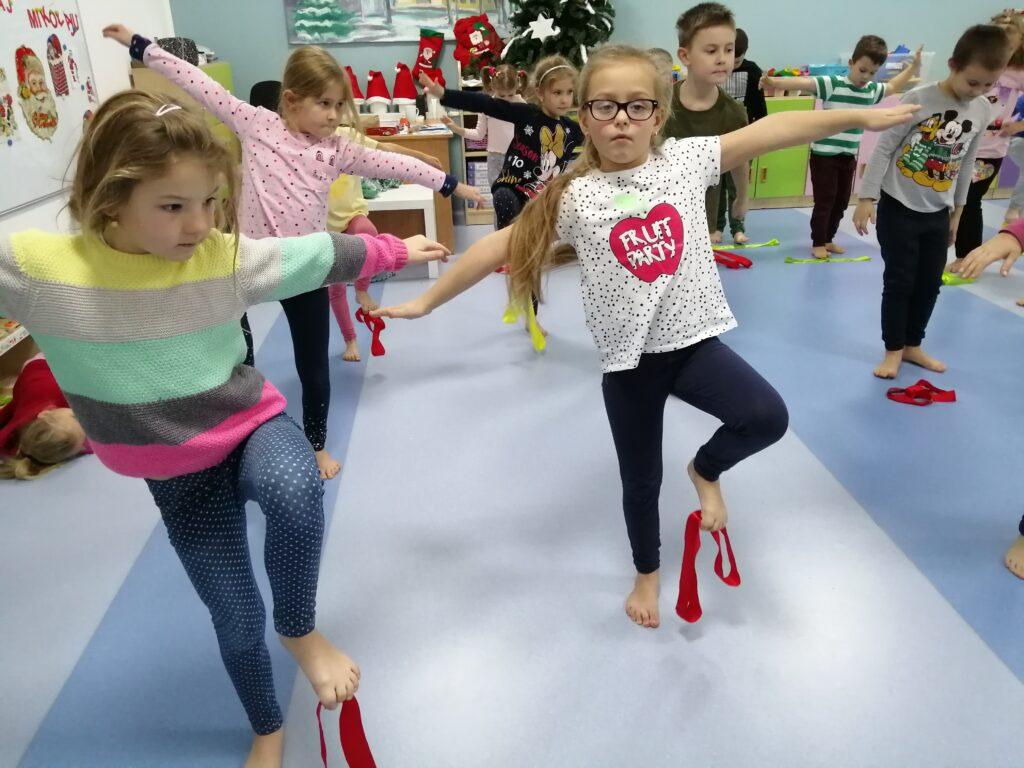 dzieci podczas ćwiczęń gimnastycznych