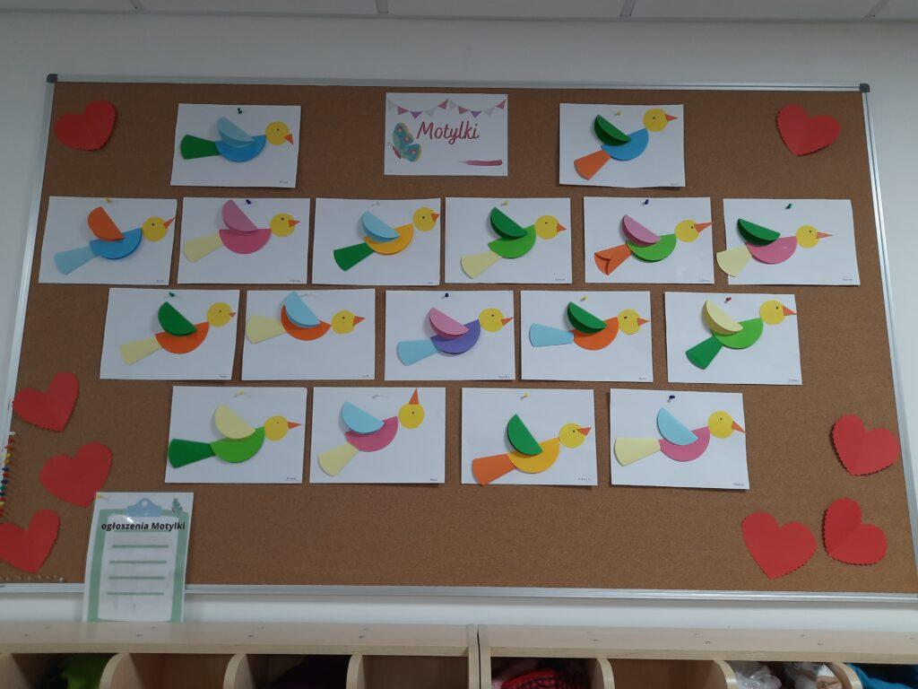 zdjęcie tablicy z pracami plastycznymi dzieci