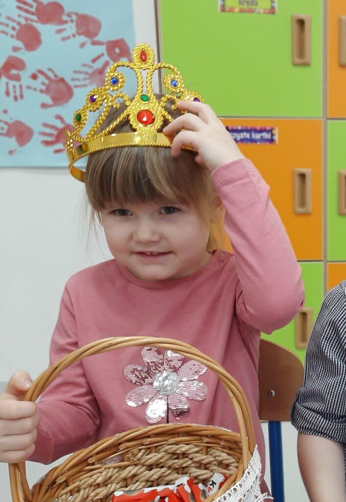 zdjęcie dziewczynki w koronie urodzinowej