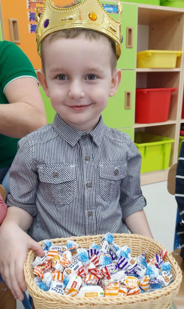 zdjęcie chłopca w koronie urodzinowej