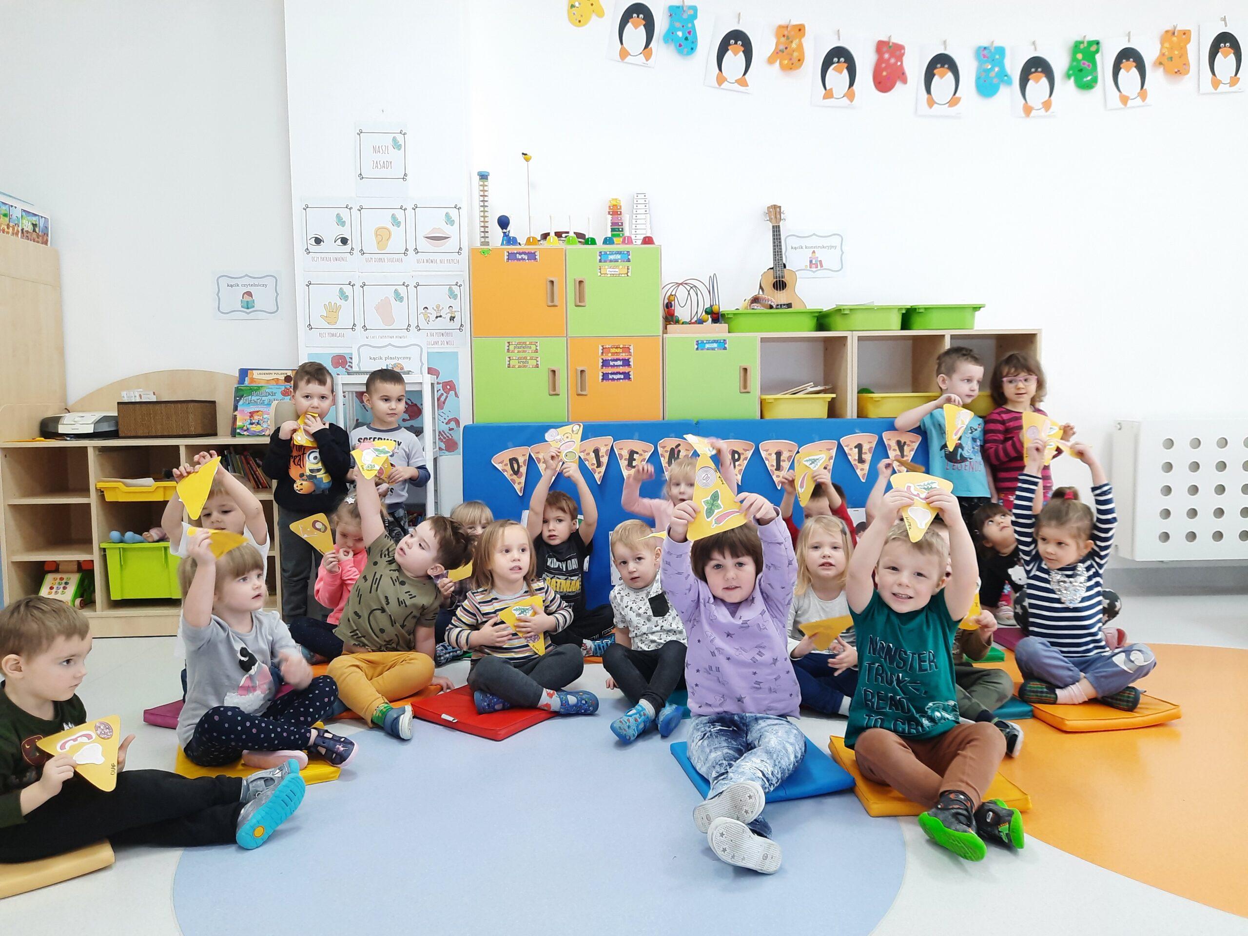 zdjęcie grupowe dzieci podczas dnia pizzy