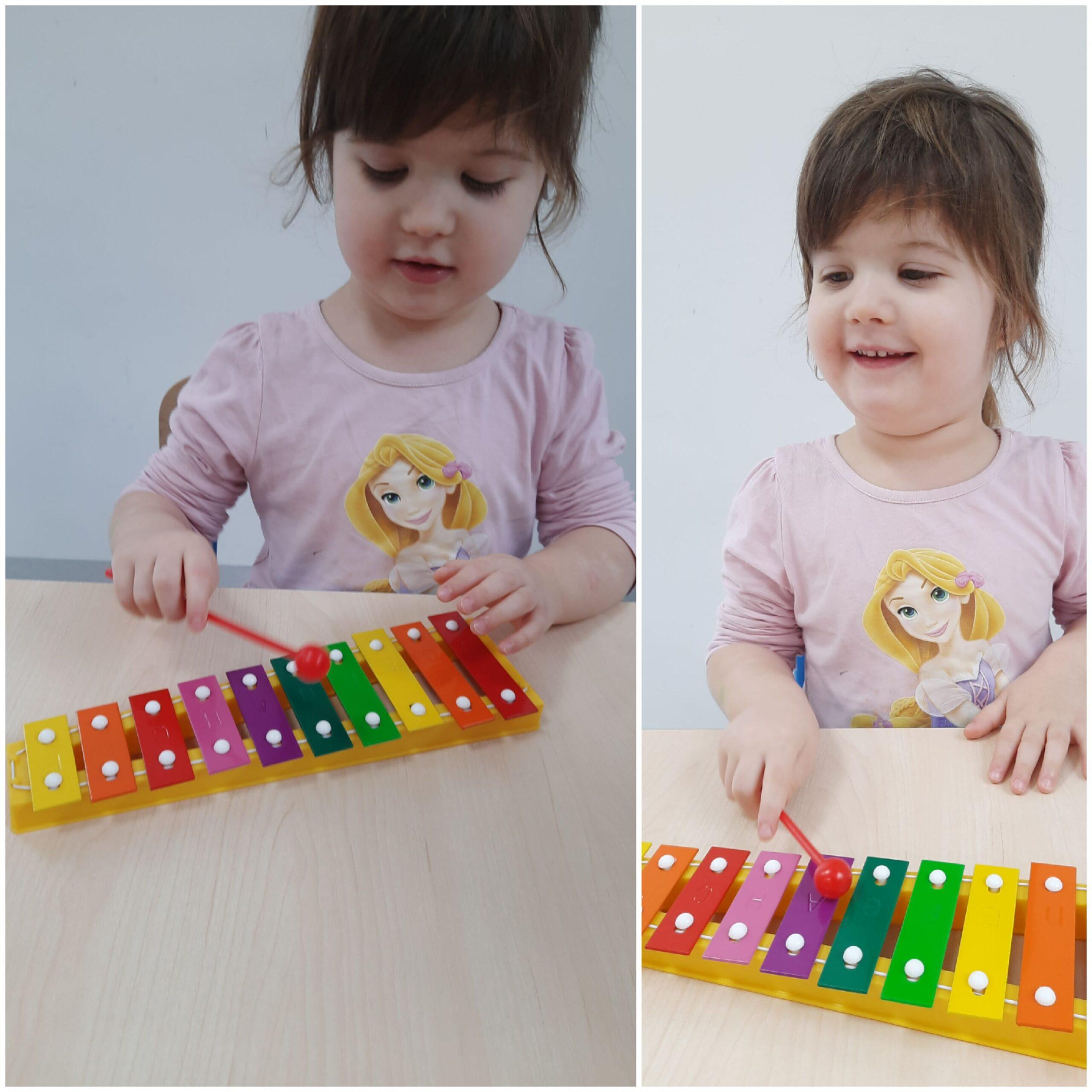 dziecko grające na dzwonkach