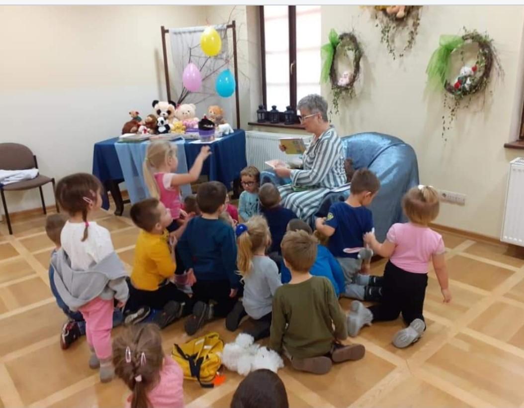 dzieci podczas spotkania z bibliotece