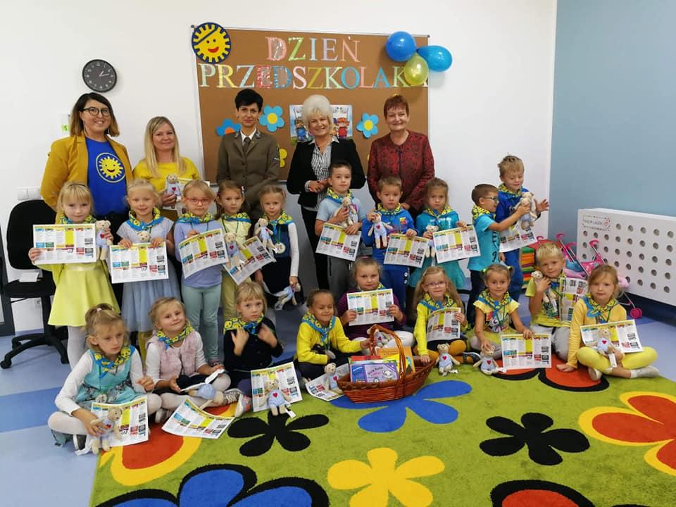 zdjęcie dzieci z Panią Burmistrz i Paniami z Miejskiej Biblioteki Publicznej