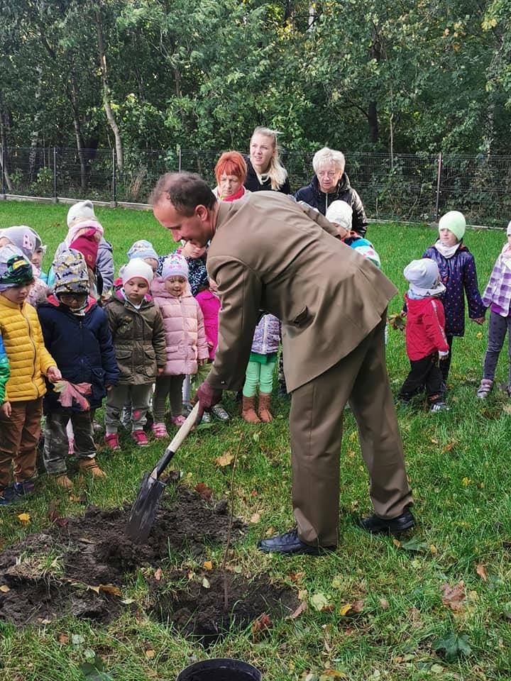 dzieci z leśnikiem podczas sadzenia drzewa