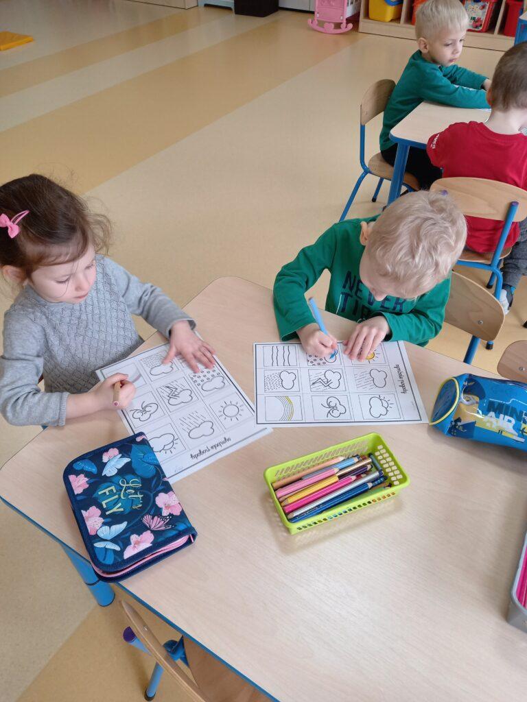 dzieci malują kredkami