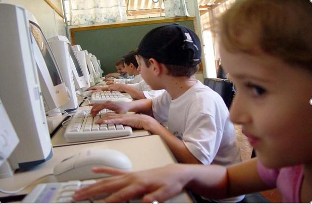 grafika dzieci podczas pracy z komputerem