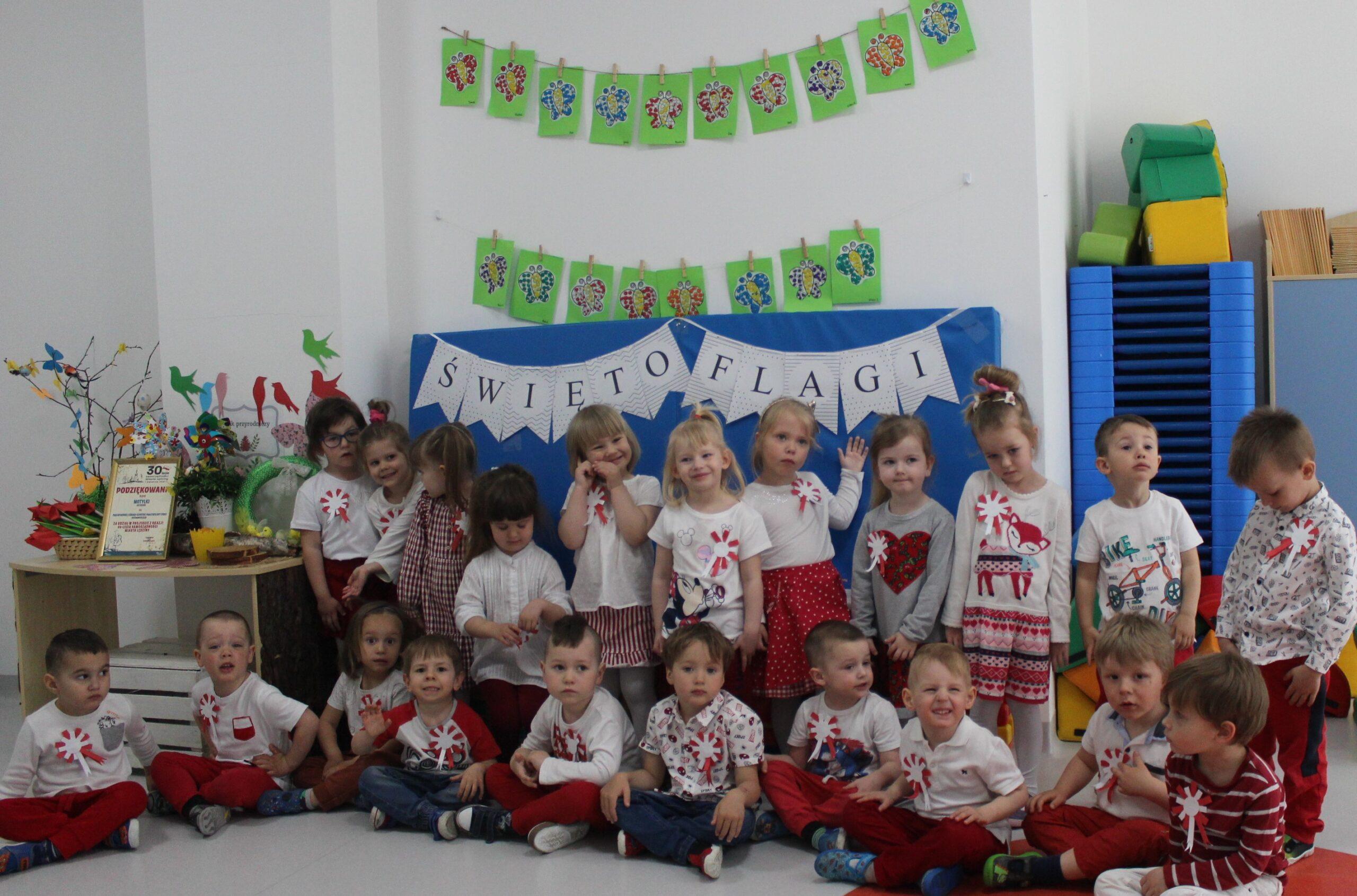 dzieci podczas święta flagi