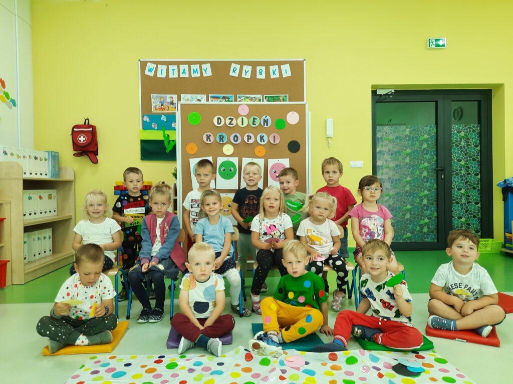 dzieci podczas dnia kropki